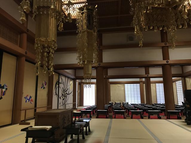 西芳寺の本堂。仏壇を挟んで左右に写経用のテーブルが並びます。