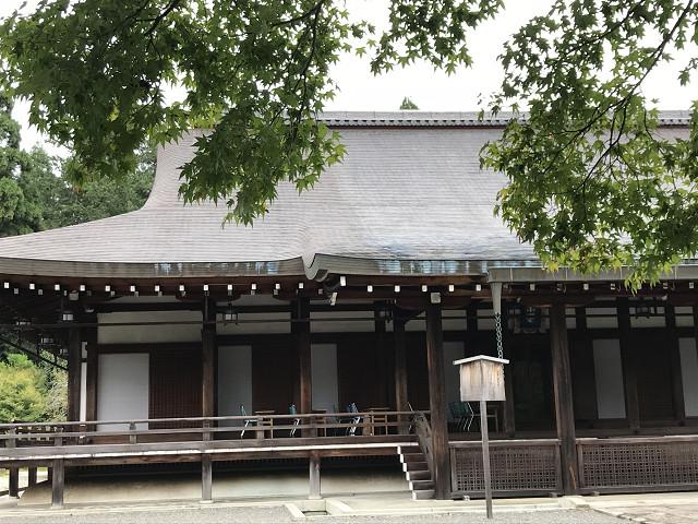 苔寺の本堂。ここで写経にいそしみます。