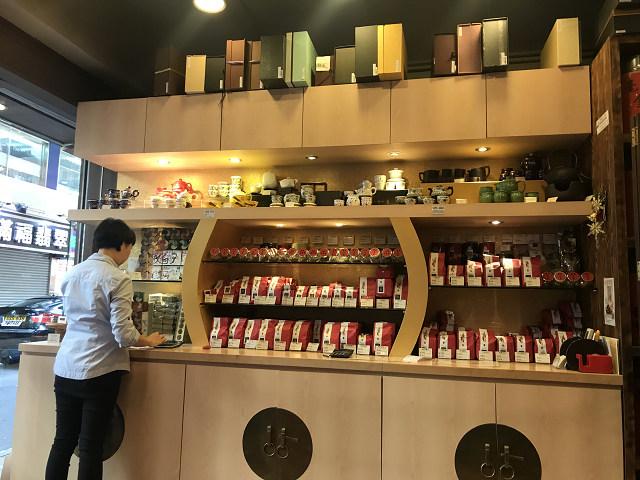 英記茶荘の店内。お店は小さいけど、気さくな感じです。