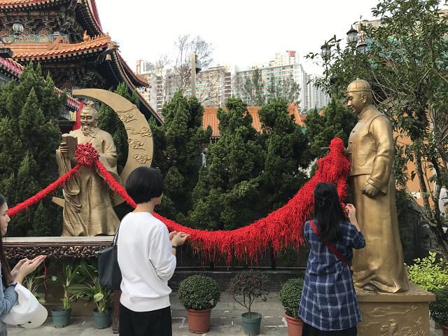 縁結びの願いをかけて、もらった糸をあんで神様の像がもつ紐に括り付けます。いいご縁がありますように!!