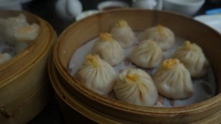 台北で美味しい小籠包はどこで食べる!?老舗の鼎泰豊と高記の食べ比べ。MRT東門へGO!